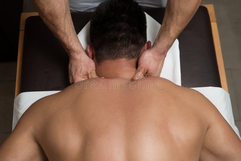 Jeune homme appréciant un massage photo libre de droits