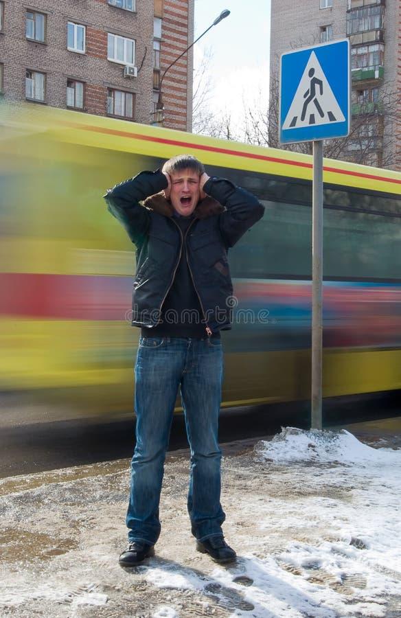 Jeune homme appuyant sa tête et feelling la tension photographie stock