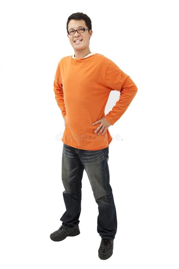 Jeune homme asiatique avec le T-shirt orange photo libre de droits