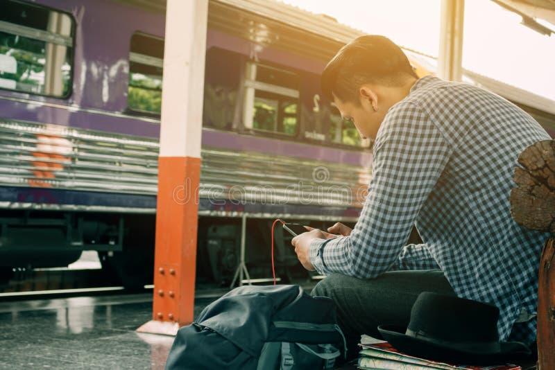Jeune homme asiatique beau semblant la musique futée de téléphone et de jeu avec photo libre de droits