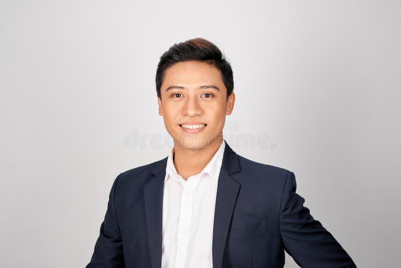 Jeune homme asiatique bel d'affaires sur un fond blanc d'isolement images stock