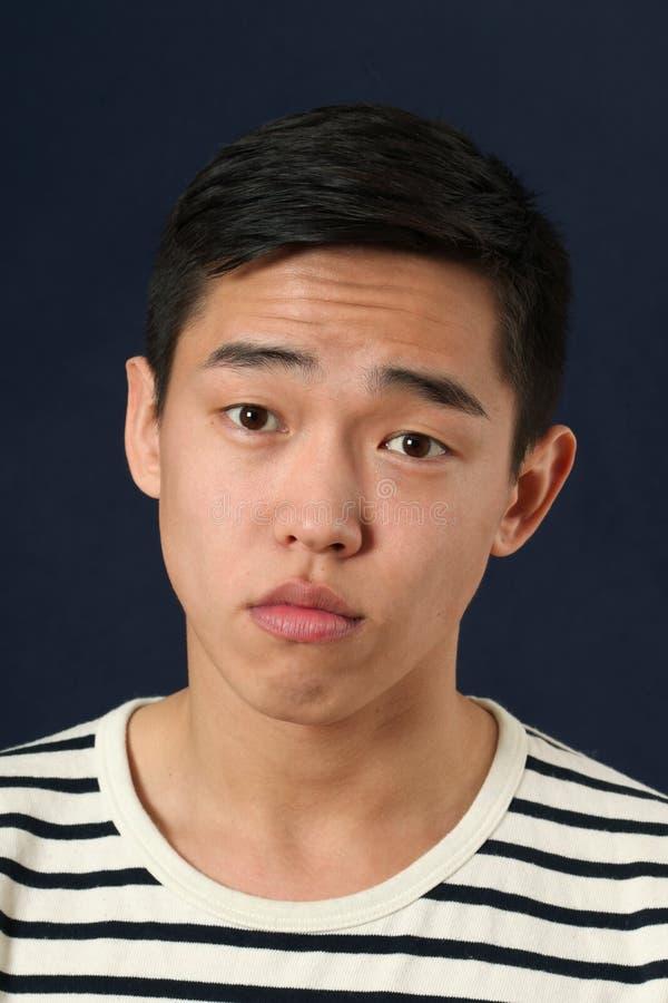Jeune homme asiatique déçu photographie stock