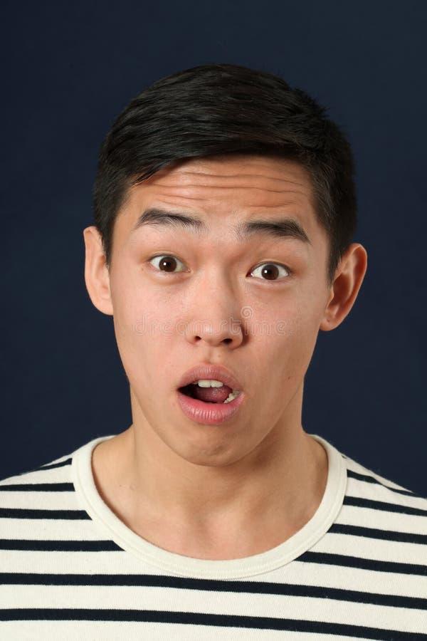 Jeune homme asiatique déçu regardant l'appareil-photo image libre de droits