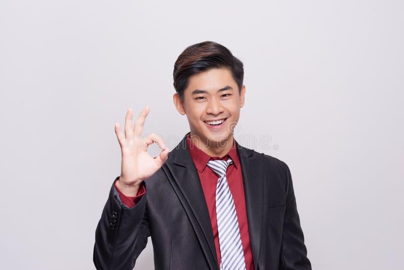 Jeune homme asiatique d'affaires avec le geste de main CORRECT image libre de droits