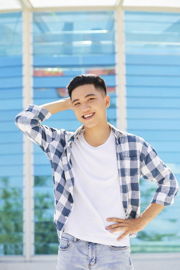 Jeune homme asiatique dans la ville images libres de droits