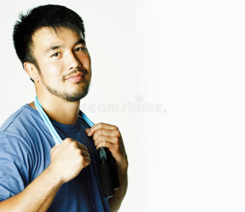 Jeune homme asiatique jugeant la corde à sauter d'isolement sur le backgrou blanc photo libre de droits