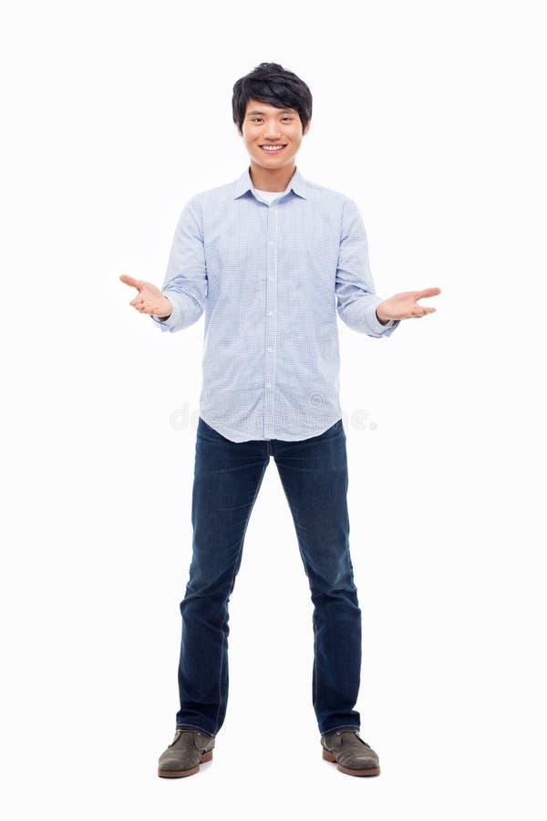 Jeune homme asiatique montrant le signe bienvenu. image stock