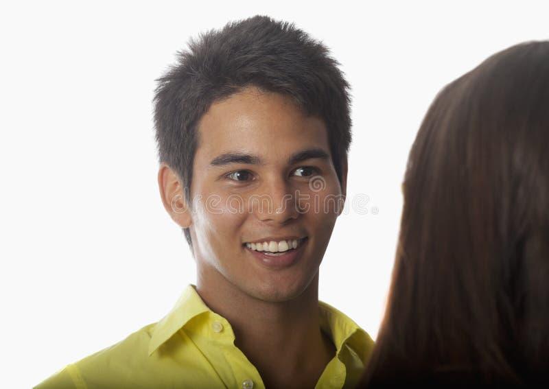 Jeune homme asiatique parlant à une femme images stock