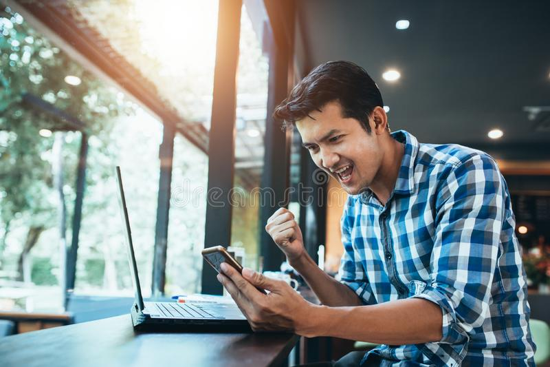 Jeune homme asiatique ravi avec le succès du marché boursier en ligne, petite entreprise de achat en ligne de jeune début, marché images libres de droits