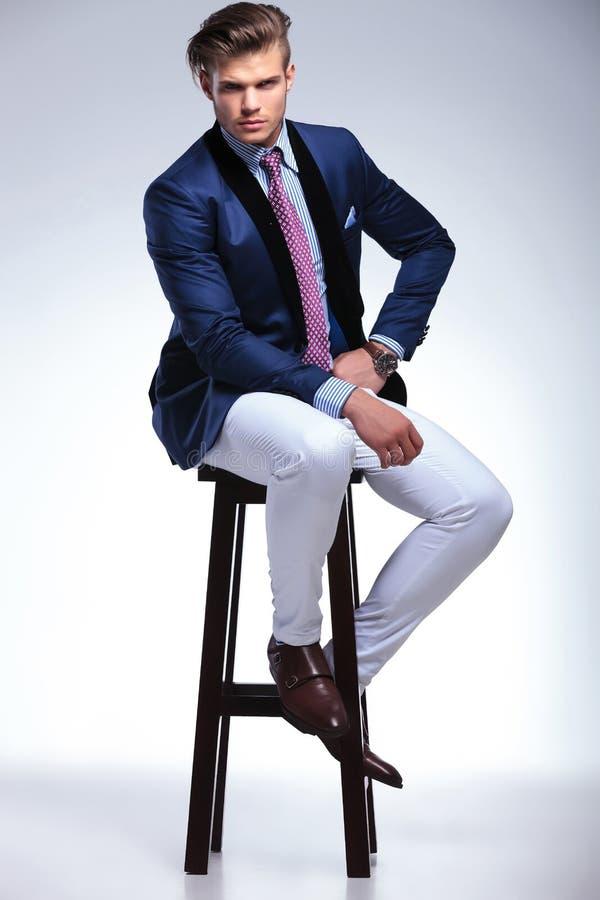 Jeune homme assis d'affaires avec l'expression sérieuse image stock