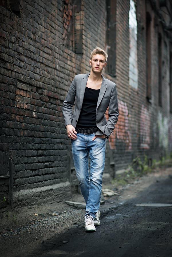 Jeune homme attirant à la mode élégant extérieur images libres de droits