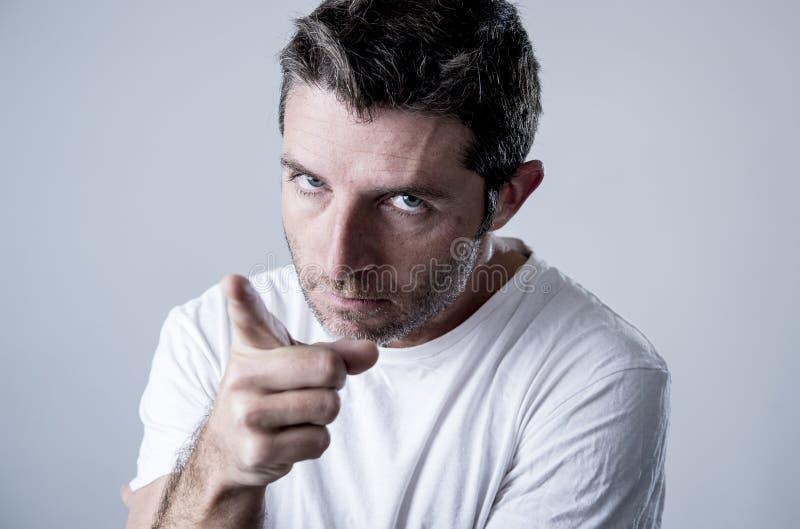 Jeune homme attirant avec des yeux bleus semblant fâchés et fous dans l'émotion et le renversement de rage image stock
