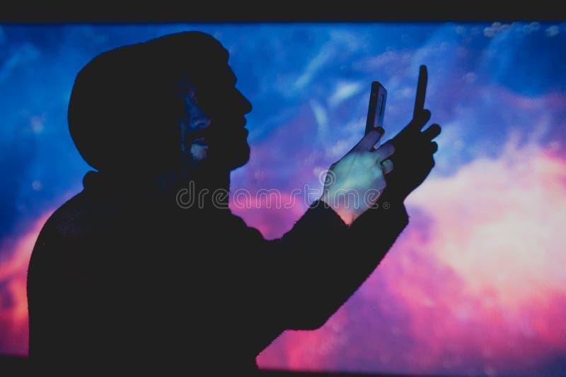 Jeune homme attirant avec la barbe prenant des photos dans un environnement futuriste photographie stock libre de droits