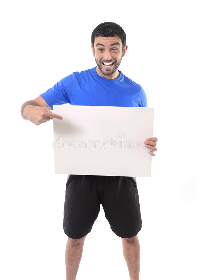 Jeune homme attirant de sport tenant le panneau d'affichage vide comme espace de copie image libre de droits