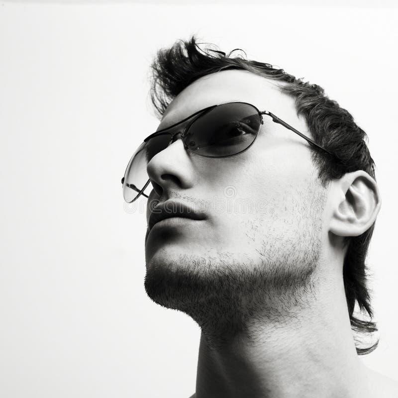Jeune homme attirant en glaces photo stock