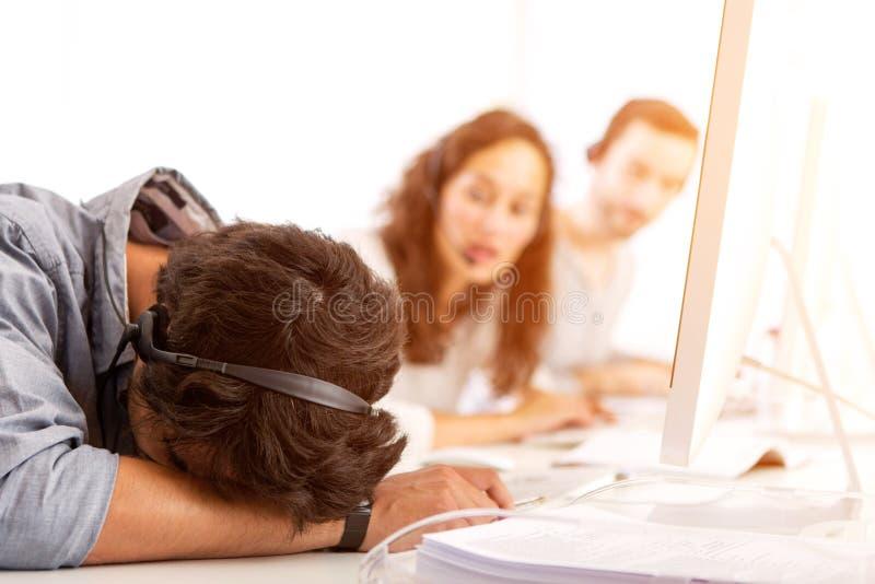 Jeune homme attirant mal à l'aise au travail images stock