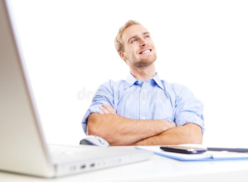 Jeune homme au bureau rêvassant image libre de droits