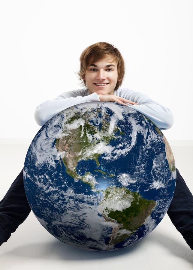 Jeune homme au-dessus de la terre photo libre de droits