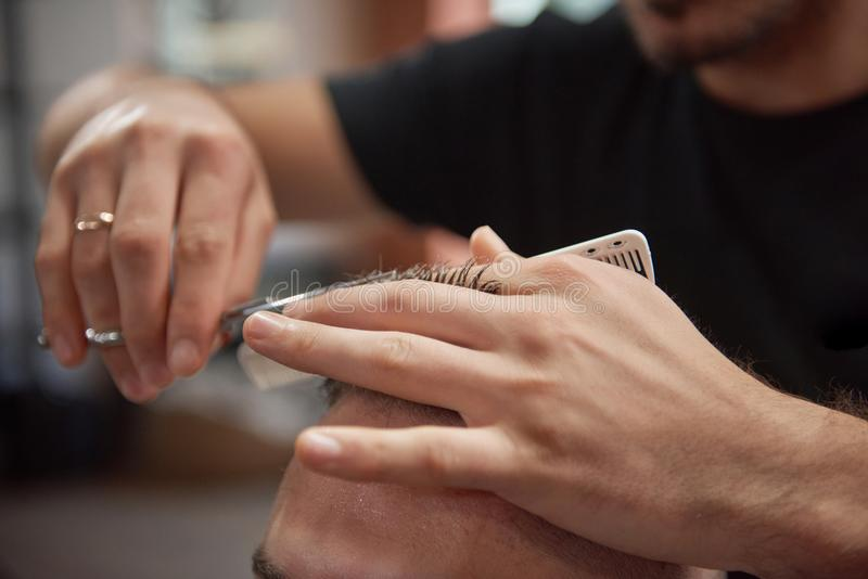 Jeune homme au raseur-coiffeur images stock