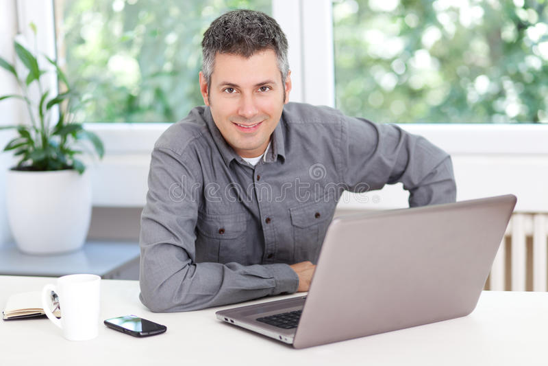 Jeune homme au travail photo libre de droits