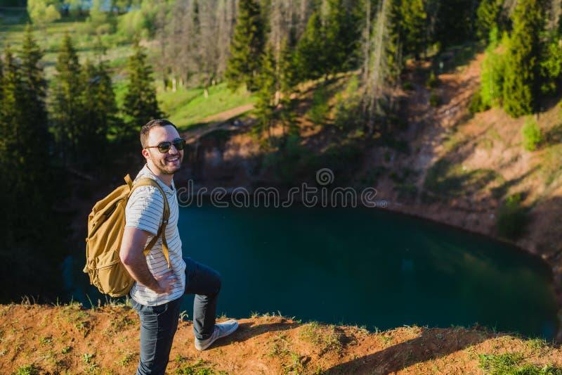 Jeune homme augmentant la verticale heureuse de sourire Randonneur masculin marchant dans la forêt image libre de droits