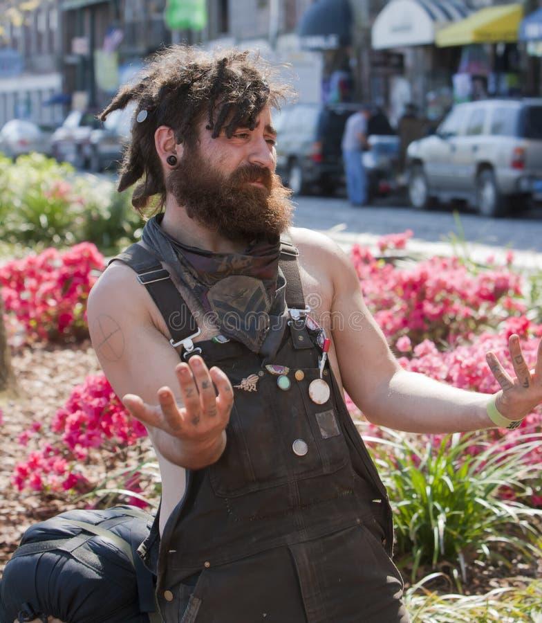 Jeune homme avec faire des gestes de dreadlocks photo stock