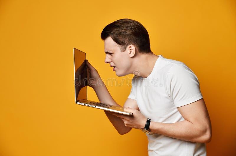 Jeune homme avec l'ordinateur portatif images stock