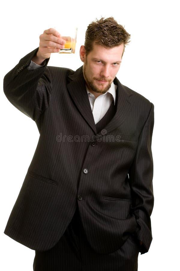 Jeune homme avec la boisson image stock