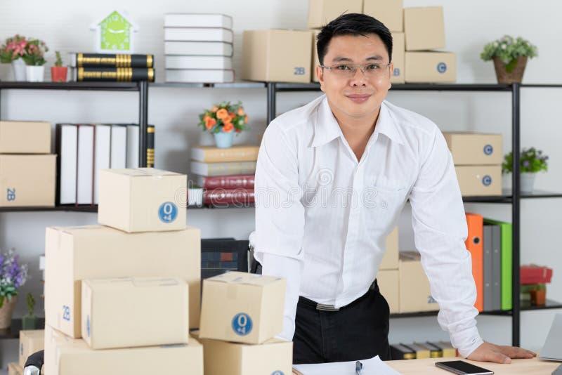 Jeune homme avec la chemise de denim photo stock