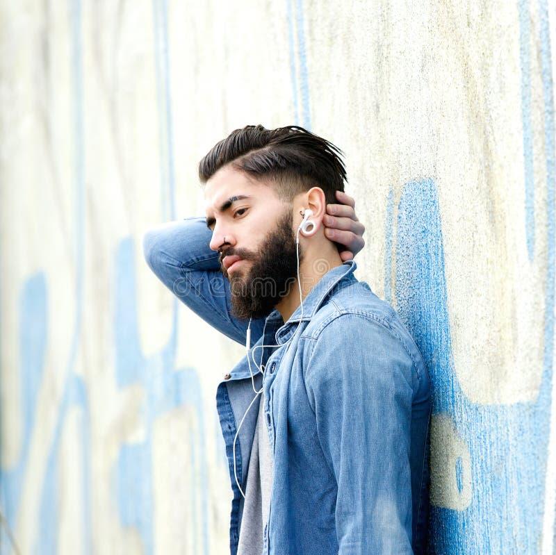 Jeune homme avec la détente de barbe image stock