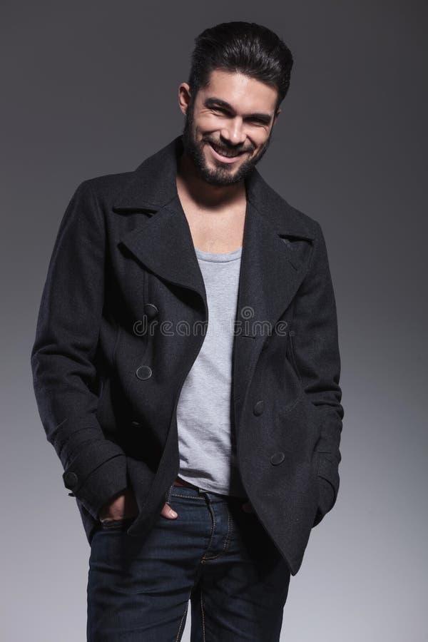 Jeune homme avec la longue barbe dans un sourire de pardessus photo libre de droits