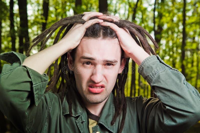 Jeune homme avec le cheveu de dreadlock. photographie stock