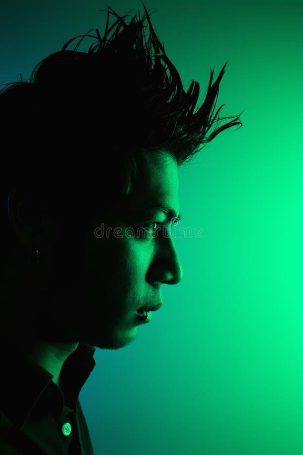 Jeune homme avec le cheveu pointu. photo stock