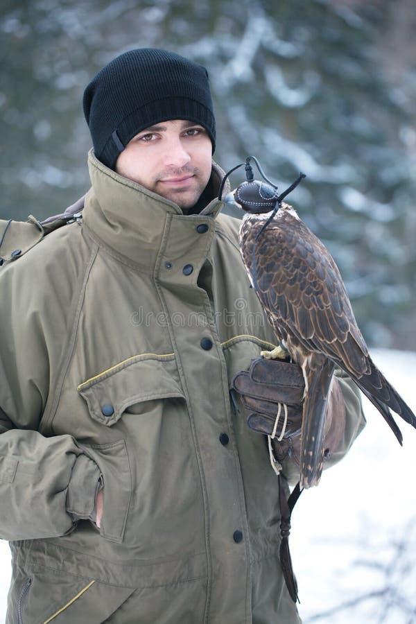 Jeune homme avec le faucon image libre de droits