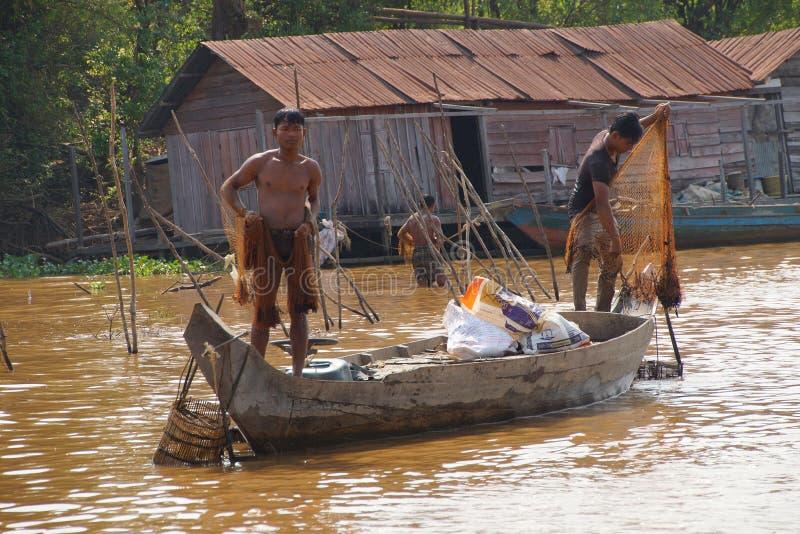 Jeune homme avec le filet de pêche image libre de droits