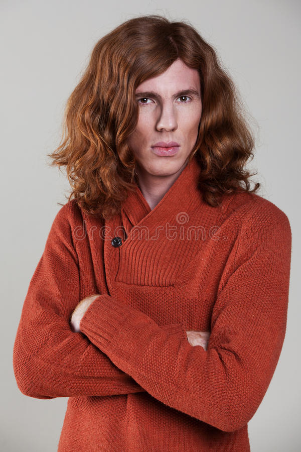 Jeune homme avec le long, auburn cheveu photographie stock libre de droits