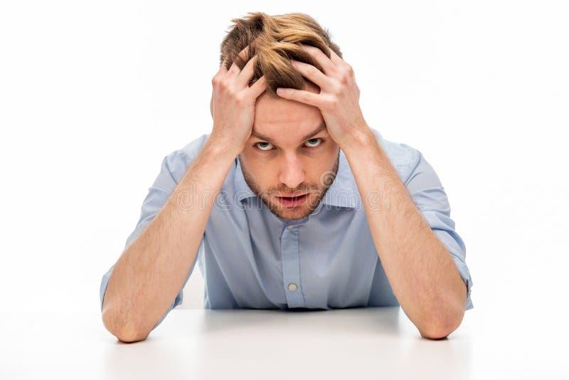 Jeune homme avec le mal de tête photographie stock
