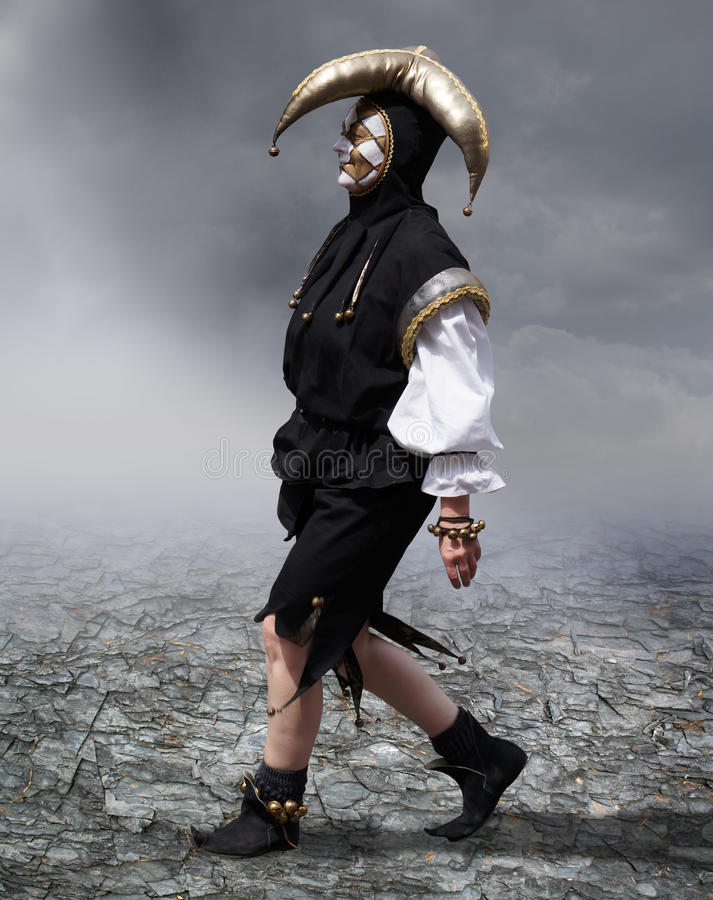 Jeune homme avec le masque médiéval image stock