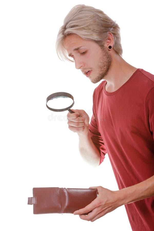 Jeune homme avec le portefeuille vide images stock