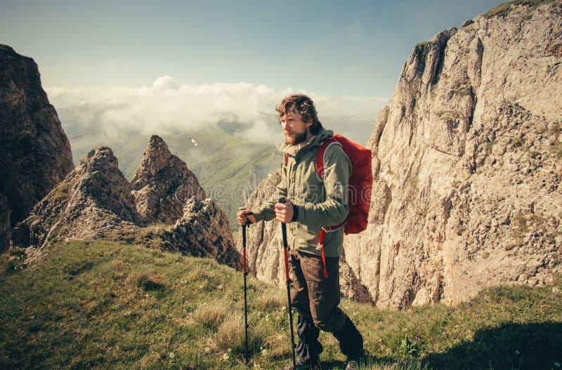 Jeune homme avec le sac à dos augmentant le voyage extérieur images stock