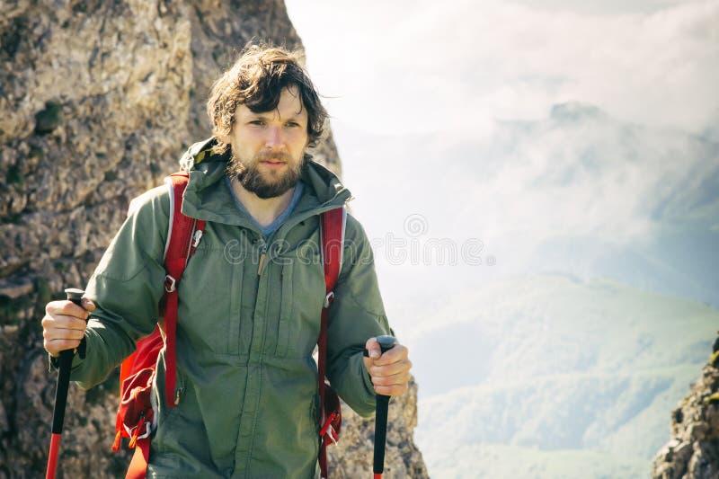 Jeune homme avec le sac à dos augmentant le voyage extérieur image libre de droits
