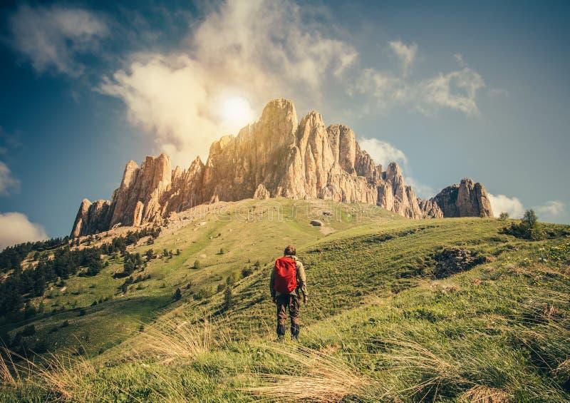 Jeune homme avec le sac à dos détendant le mode de vie extérieur de voyage photo libre de droits