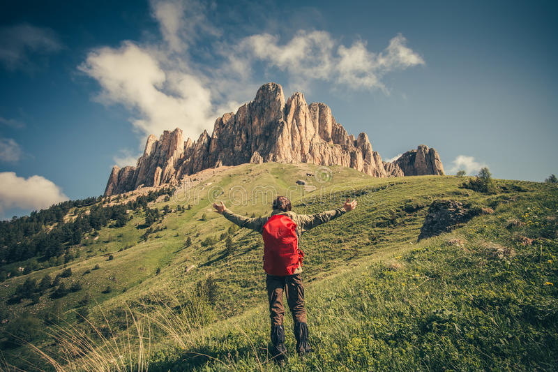 Jeune homme avec le sac à dos détendant le mode de vie extérieur de voyage photos libres de droits