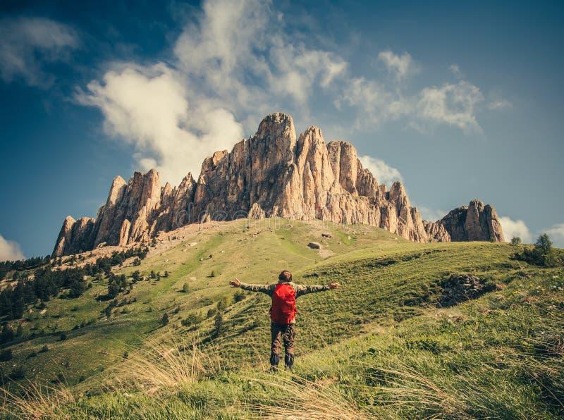 Jeune homme avec le sac à dos détendant le mode de vie extérieur de voyage images stock