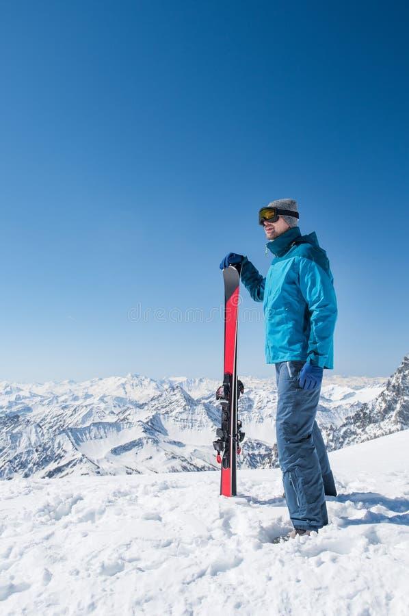 Jeune homme avec le ski image stock