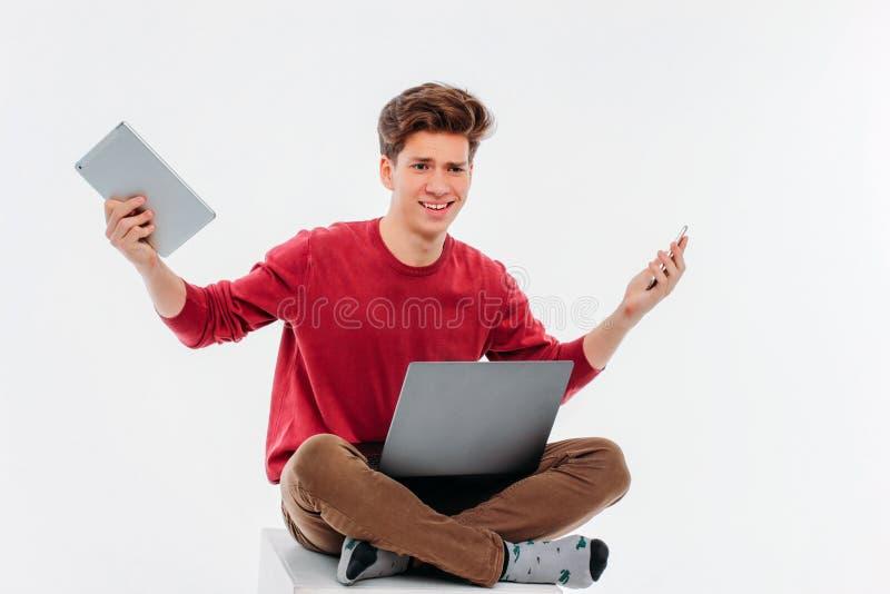 Jeune homme avec le smartphone, le comprimé et les mains avec émotion des cris photos libres de droits