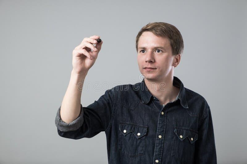 Jeune homme avec le stylo photo stock