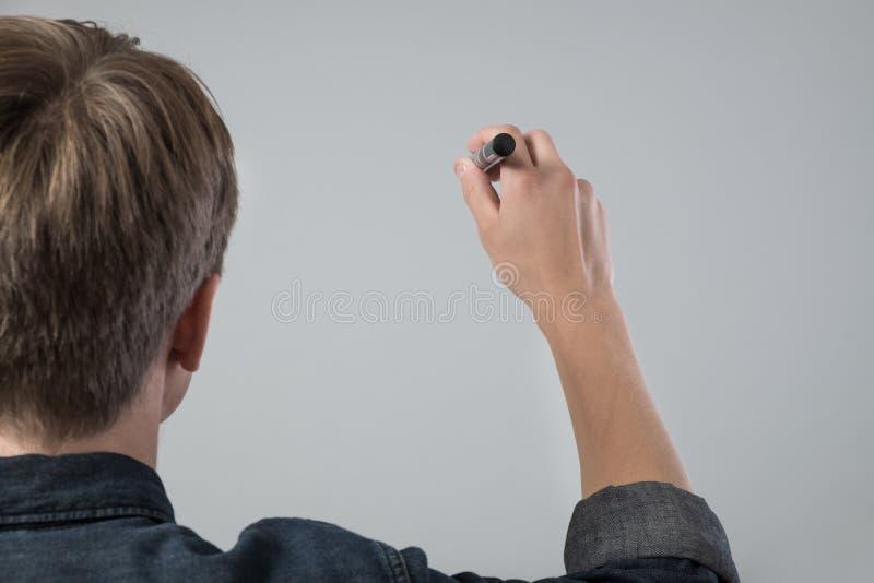 Jeune homme avec le stylo images libres de droits