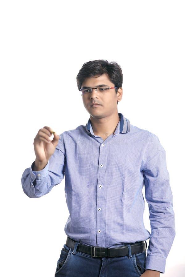 Jeune homme avec le stylo et l'écriture de marqueur images stock