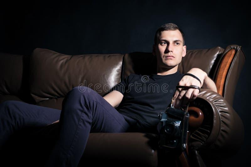 Jeune homme avec le vieil appareil-photo image stock